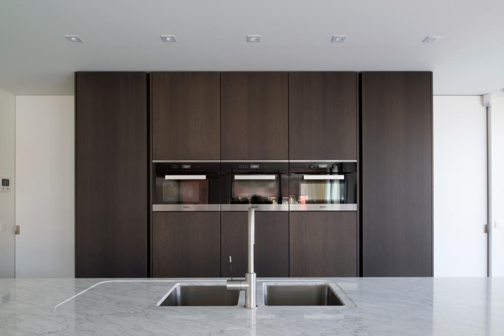 Moderne keuken wit + fineer eik donker gekleurd